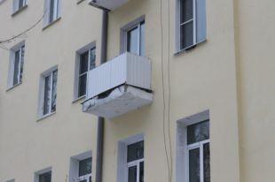 В Тюмени с балкона 7 этажа выпала девушка