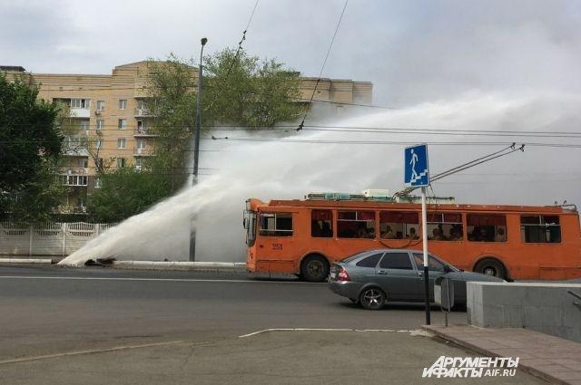 В Оренбурге заменили поврежденную теплотрассу на улице Маршала Жукова.