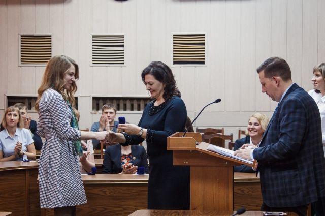 Госслужащие Кемеровской области получили значки ГТО.