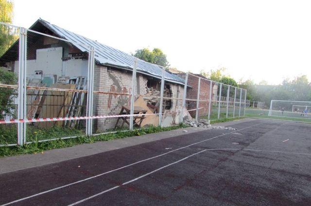 Хозпостройка на школьном стадионе в Смоленске, обрушившаяся на ребенка.