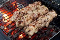 Для шашлыка подходит различное мясо - баранина, свинина, птица и даже рыба.