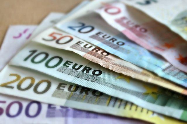 Официальный курс евро упал на 1,09 рубля