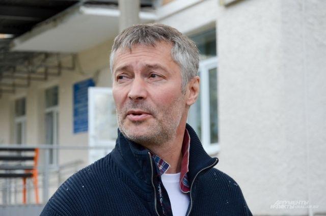 Евгений Ройзман у хосписа имени Доктора Лизы в Екатеринбурге