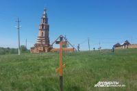 Землю под будущим храмом освятил митрополит Оренбургский и Саракташский Вениамин.