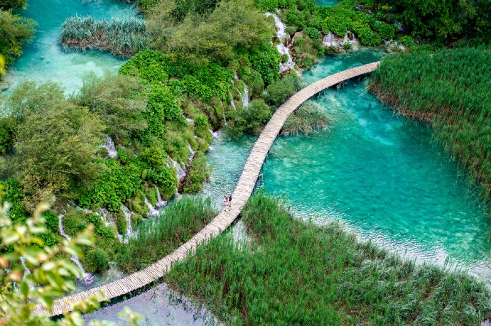 В национальном парке «Плитвицкие озера» в Хорватии расположены 16 крупных карстовых озер, 140 водопадов, 20 пещер и уникальный буковый и хвойный лес, сохранившийся с древнейших времен. Плитвицкие озера — одно из немногих мест на нашей планете, где каждый год появляются новые водопады, что связано с известняковым происхождением местных гор.