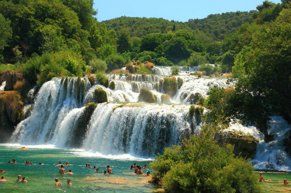 Национальный парк Крка в Хорватии, расположенный вдоль одноименной реки, известен своими водопадами, в том числе водопадом Скрадинский Бук с традиционными водяными мельницами. А на территории небольшого острова Висовац сохранился францисканский монастырь XVII века.