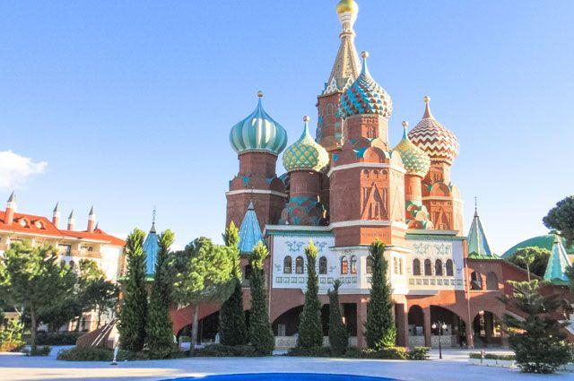 Отель Kremlin Palace в Турции со своим собором Василия Блаженного, конечно, не мог не стать участником программы лояльности.