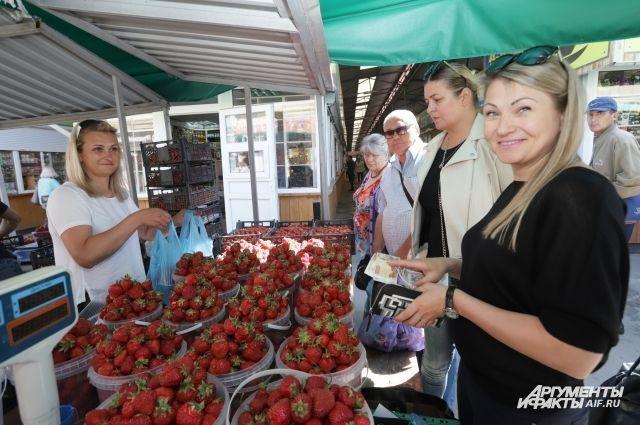 На Центральном рынке прохоровскую клубнику покупают целыми вёдрами.