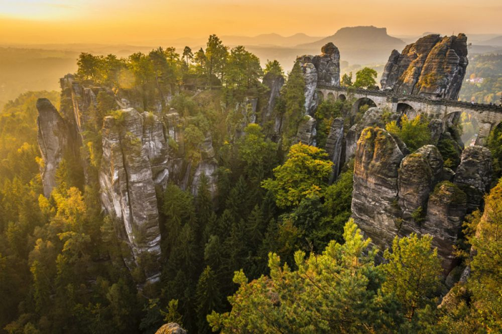 На территории национального парка Саксонская Швейцария в Германии на территории 93-х квадратных километров раскинулся уникальный горный ландшафт. Одним из самых популярных туристических мест в парке является скалистый массив Бастай, возвышающийся над Эльбой, и каменный мост конца XIX века.