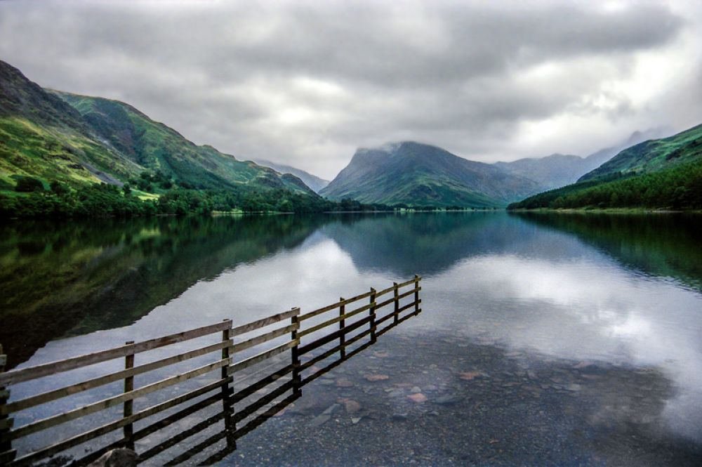 Национальный парк Лейк-Дистрикт в Англии назван так по обилию озер, включающих четыре крупнейших в Англии — Уиндермир, Алсуотер, Бассентуэйт, Деруэнт-Уотер. Также на территории заповедника находится гора Скофел-Пайк, являющаяся самой высокой точкой Англии. Лейк-Дистрикт знаменит своими живописными горными и озерными ландшафтами, послужившими вдохновением для многих поэтов и художников.