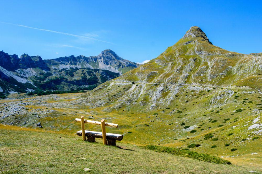 Национальный парк Дурмитор в северной части Черногории — это крупнейший в стране горный массив, состоящий из 48 пиков, окруженный каньонами нескольких рек. Здесь можно увидеть 18 ледниковых озер, включая самое знаменитое «Черное озеро». Зимой это место привлекает любителей горных лыж и сноуборда, а летом — альпинистов.