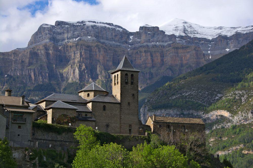 Национальный парк Ордеса-и-Монте-Пердидо расположен в испанских Пиренеях. В долине реки Ордеса можно увидеть самые глубокие каньоны европейского континента с причудливыми скалами, которые похожи на скалы Гранд-Каньона, но с большим количеством растительности. На территории сохранились растения и животные, которые к настоящему времени исчезли в большей части Европы.