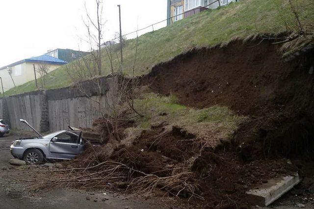 Подпорная стена обрушилась на припаркованную иномарку.