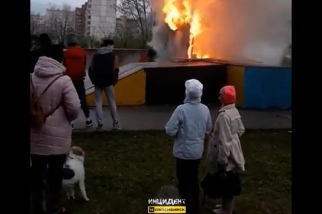 Посмотреть на пожар во дворе вечером собрались десятки местных жителей.