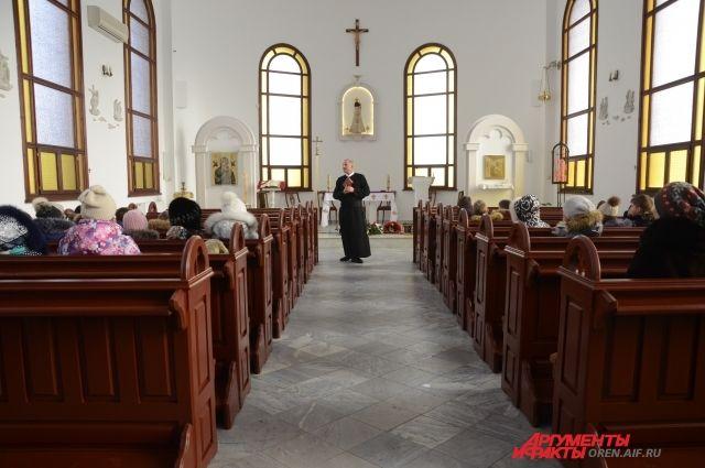 Отметим, что в Тобольске в минувшие входные прошло 25-летие возвращения верующим польского костела – храма Пресвятой Троицы.