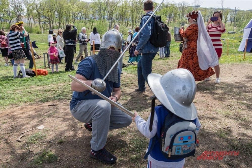 На турнир выходили взрослые и дети.