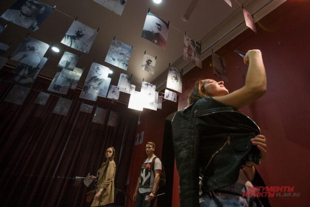 Экспозиции расположились необычно, интригуя публику.