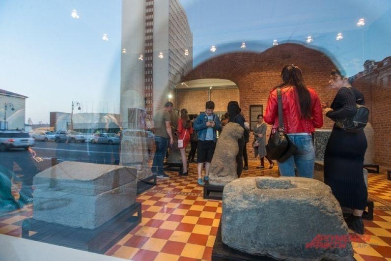 Через стёкла музея видно древнюю историю и нынешний день.