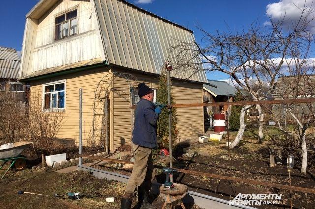 Многие садоводы и владельцы гаражей пользуются землями десятки лет, но полноправными собственниками не являются до сих пор.