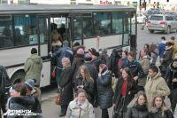 В Калининграде автобус протаранил авто на стоянке дилерского центра.