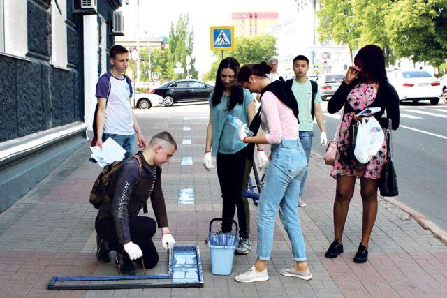 Волонтёры наносят «синюю линию».