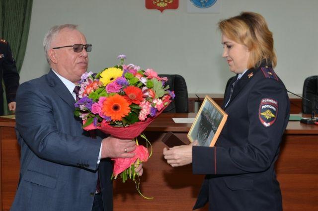 Глава региона вручил Наталье Щукиной часы и фотографию памятного момента.