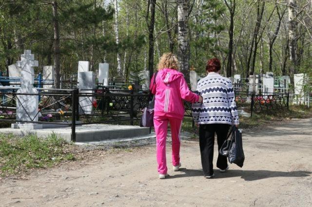 Некоторые могилы на кладбищах города никто не посещает.