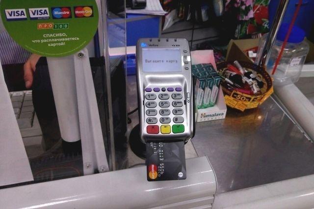 Молодой человек подсмотрел пин-код банковской карты, которой расплачивалась женщина.  Затем он украл карту и обналичил деньги.