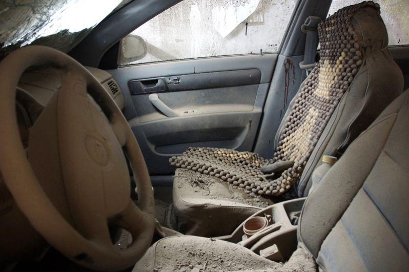 Поврежденный автомобиль в результате обстрела артиллерией ВСУ поселка Калиново Луганской области.