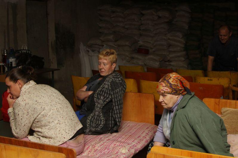 Жители в бомбоубежище, оборудованном в подвале школы №10 в поселке Горловка Донецкой области.
