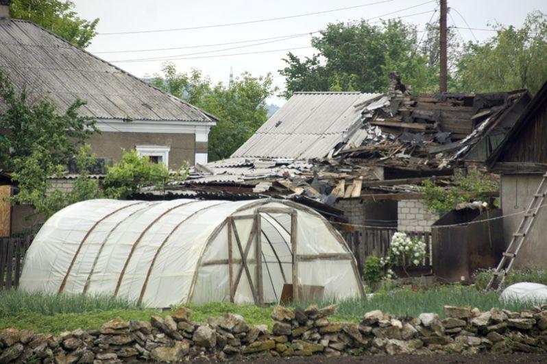 Разрушения в результате обстрела артиллерией ВСУ поселка Калиново Луганской области.