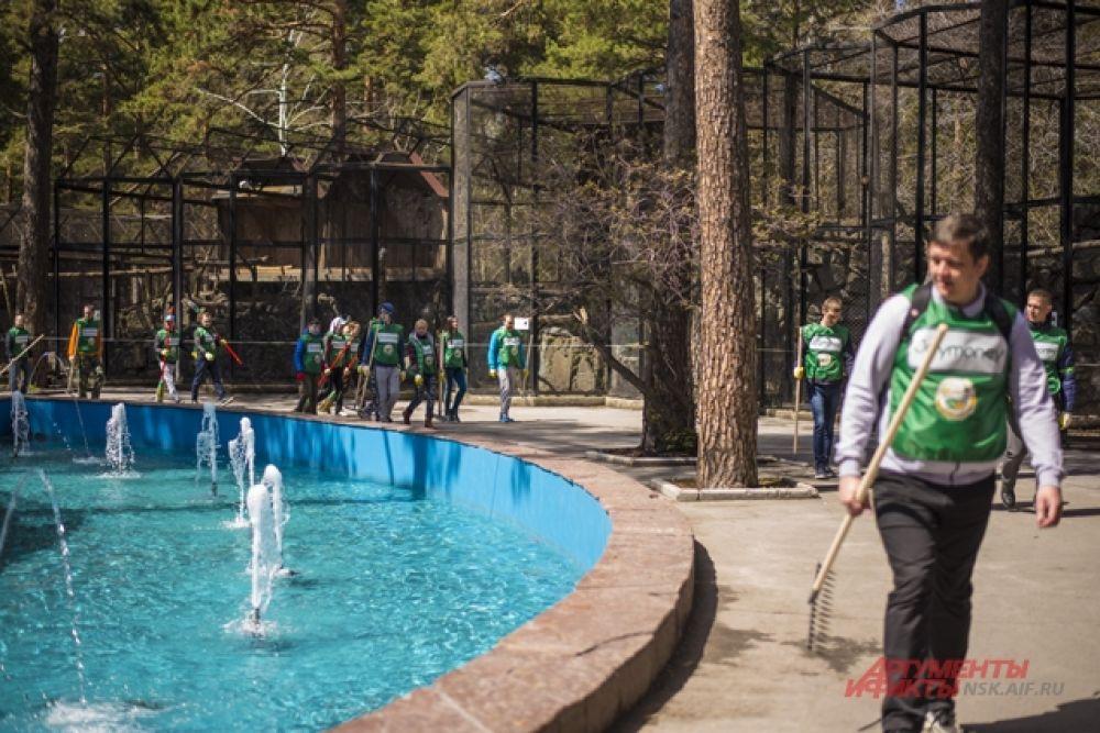 В рамках экосубботника сотрудники МФК «Джой Мани» распределились по всей обширной территории зоопарка.