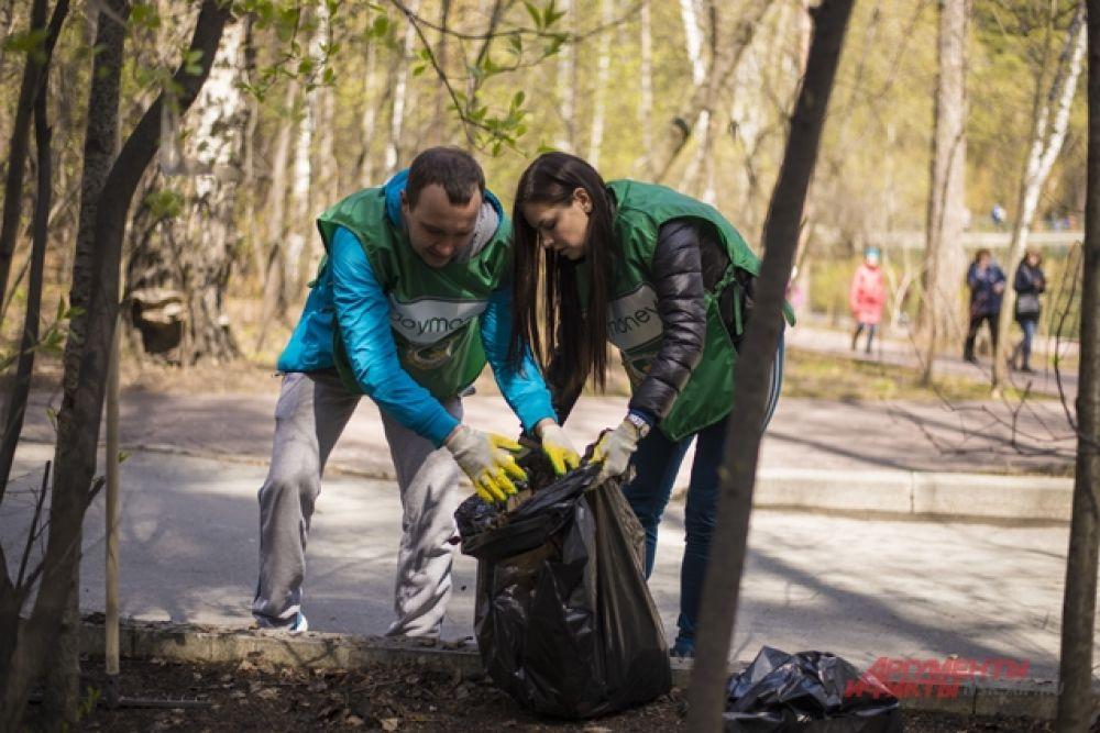 Опавшие по осени листья и скопившийся мусор складывали в мешки.