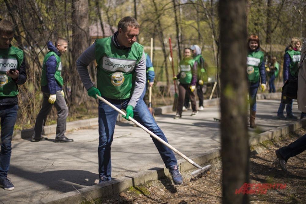 Почву работники МФК «Джой Мани» очищали при помощи граблей.