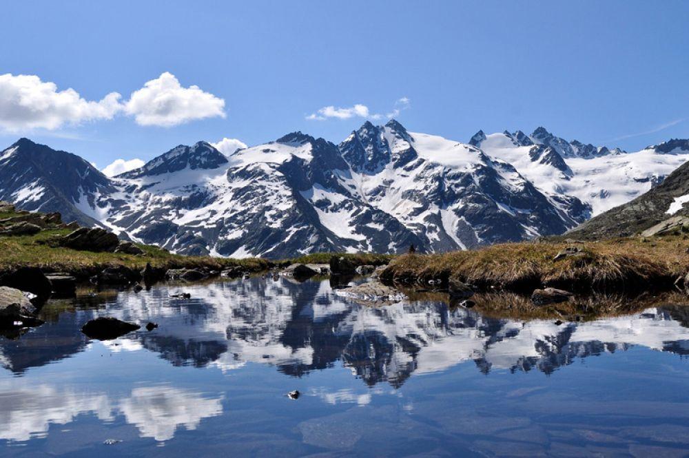 Парк Гран-Парадизо — старейший национальный парк Италии, расположенный в горных районах на границе Валле-д'Аосты и Пьемонта. Он находится на высоте от 800 до 4 тысяч метров. Парк легко доступен и связан высокоскоростными автомагистралями с Францией и Швейцарией. Семьи и случайные посетители предпочитают северную часть парка из-за его высоких гор, захватывающего вида и большого числа гостиниц и мест для пикников.