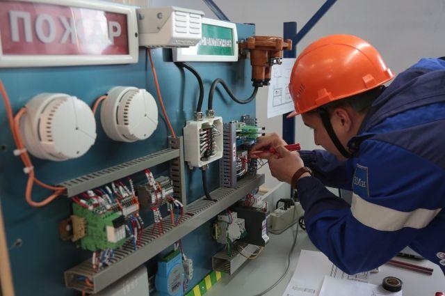 Слесари занимаются техническим обслуживанием и ремонтом контрольно-измерительных приборов и автоматики.