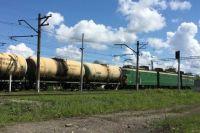 Таким опасным способом – в непосредственной близости от контактной высоковольтной сети – молодой человек ехал от станции Курья до станции Верещагино. Путь занял более двух часов.