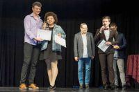 Председатель жюри международного фестиваля вручает приз Диане Сокаджо.
