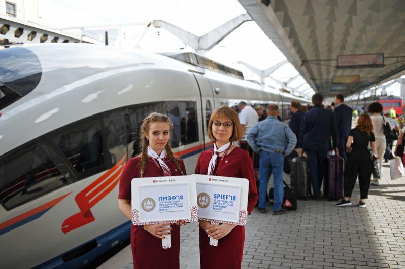 Волонтеры встречают участников Петербургского международного экономического форума на Московском вокзал в Санкт-Петербурге.