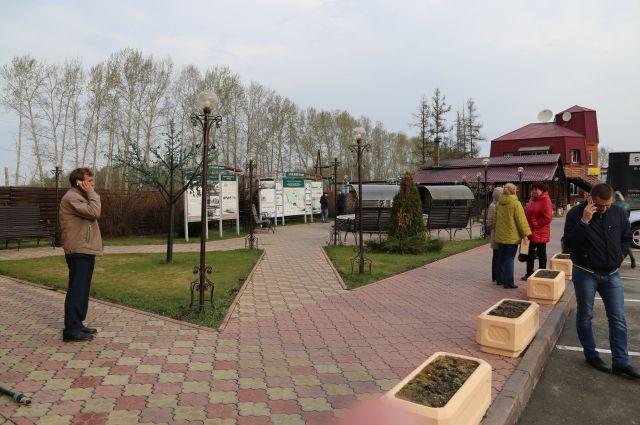 Уголок отдыха с фонтаном, парковыми скамейками и фото-экспозицией об истории «Чуйского тракта» рядом с комплексом «Грани Алтая».
