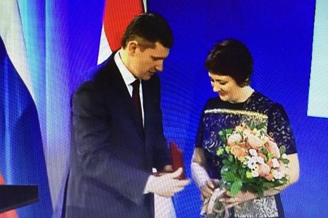 Максим Решетников вручил награду учителю на заседании ЗС.