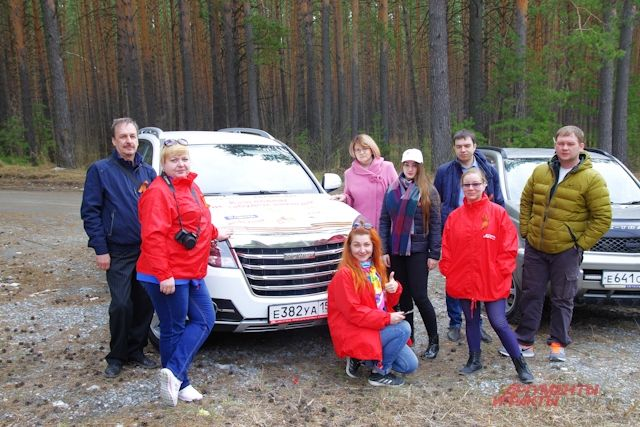 Участники автопробега в лесу.
