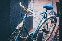 Ребенок оставляет велосипед возле подъезда