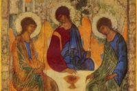Самое знаменитое изображение Святой Троицы принадлежит руке Андрея Рублева.