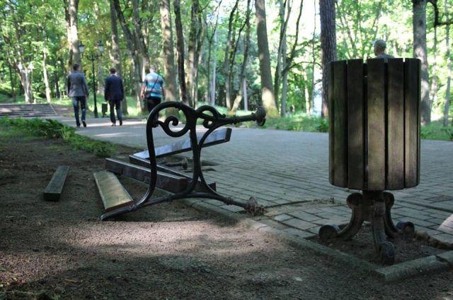 Власти Советска обещают деньги за информацию о вандалах, разгромивших парк.