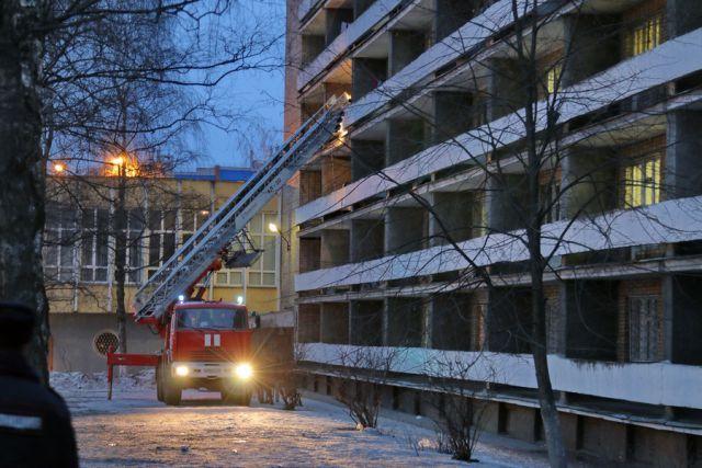 Работа сотрудников МЧС во время пожара в студенческом общежитии 14 февраля 2016 года.