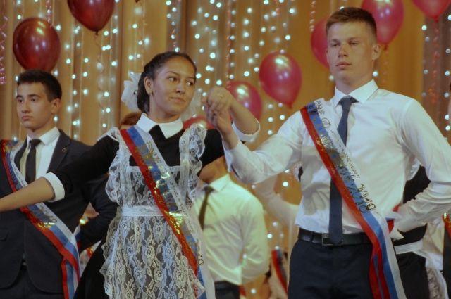 В школах Оренбургской области звучит последний звонок.