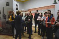 На выставках молодёжь - частые гости.