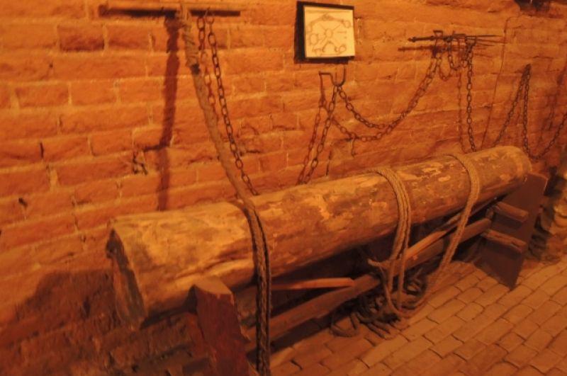 Здесь провинившийся получал удары плетьми. Под такими пытками люди готовы были признаться во многом.
