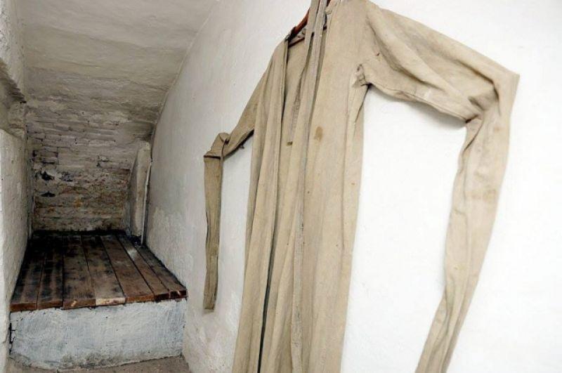 Особо буйных запаковывали в смирительную рубашку и сажали в узкую комнату. Считалось вершиной искусства – уметь запаковать осужденного в такую рубаху. Сделать это мог только один, специально обученный человек.